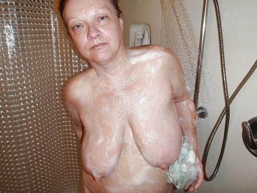Madre tetona en la ducha