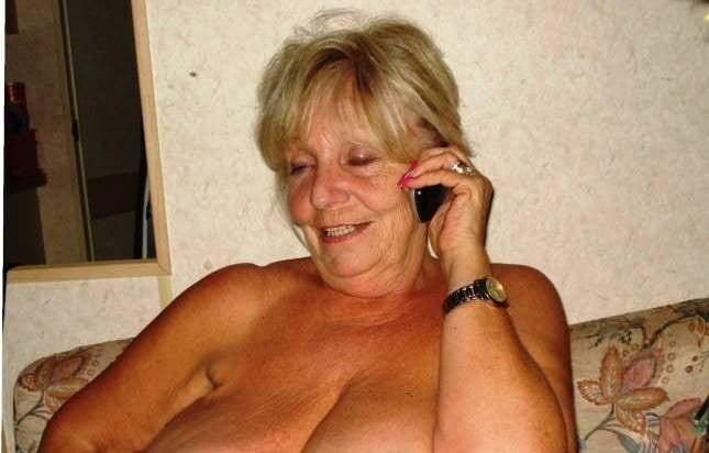 Llamando a una abuela tetona