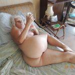 abuela morbosa con movil